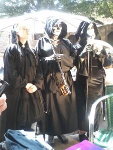 Pena que Marta, disfrazada de Muerte, no llegara a tiempo al concurso :-( Eso sí, las tres estupendas en esta foto.